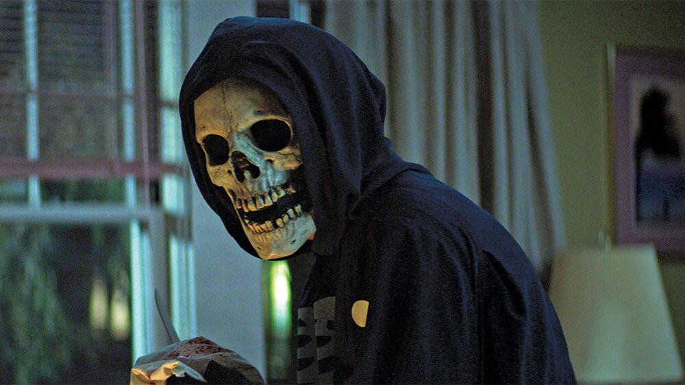 قسمتی از فیلم خیابان هراس که بازیگر ماسکی به شکل فیلمهای جیغ دارد